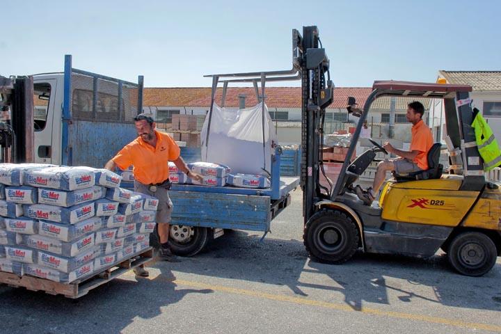 Construcción Menorca cargando materiales de construcción